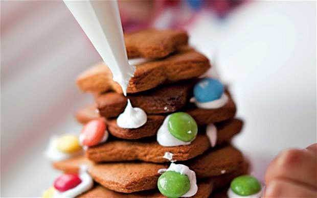 Как сделать елочку из мишуры с конфетами