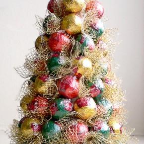 Сладкая новогодняя елка из конфет