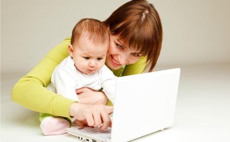 мама за работает за компьютеромс ребенком